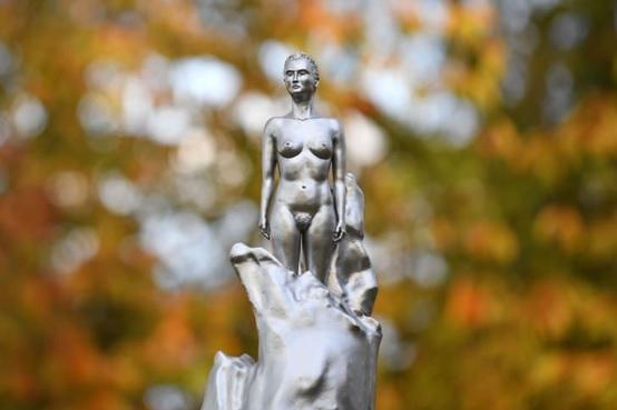 以裸體雕像紀念女性主義人物 引發眾議